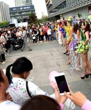 """洛阳洋模特""""维密秀""""出街宣传 引众人围观合影"""