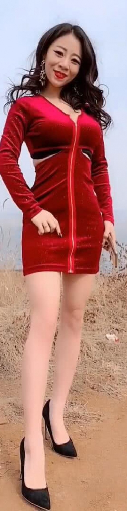 户外的时尚小姐姐抢镜,美搭连衣裙,出尘脱俗!